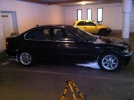 Így kell kinéznie egy BMW-nek télen. A háttérben az asszony gépállatja. (A csiga is egy állat.)